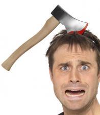 hache ensanglantée dans la tête